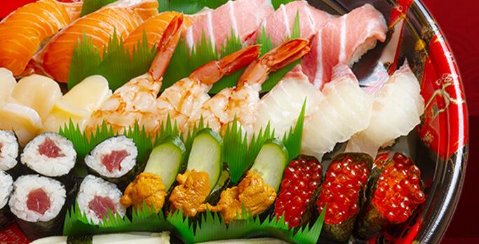 回転すしまんまんの「えび、うに、いくら、ぶり、サーモン、鉄火巻」など寿司の盛り合わせ画像